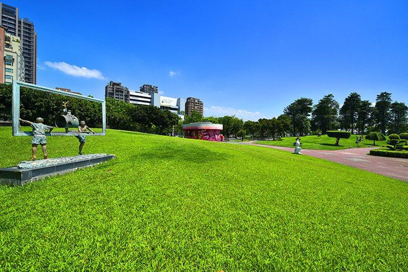 豐樂公園、南苑公園、豐富公園合計超過3.6萬坪綠海圍繞。 圖/興富發建設 提供
