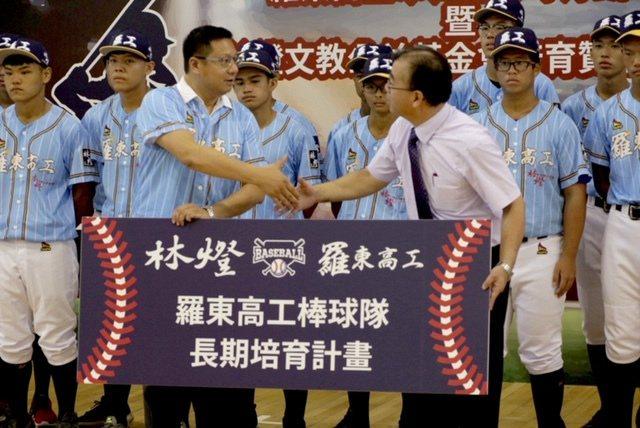 林燈基金會捐贈儀式,中立者(由左至右)林燈基金會董事林明昇、羅東高工校長廖俊仁。...