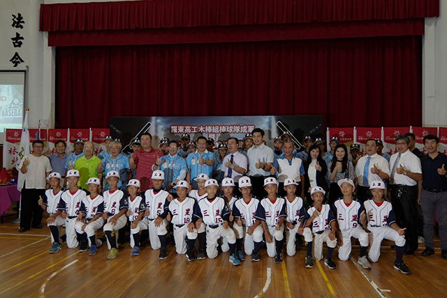 林燈基金會代表林明昇等人和羅東高工棒球隊.三星國中棒球隊合影。 圖/林燈基金會 ...