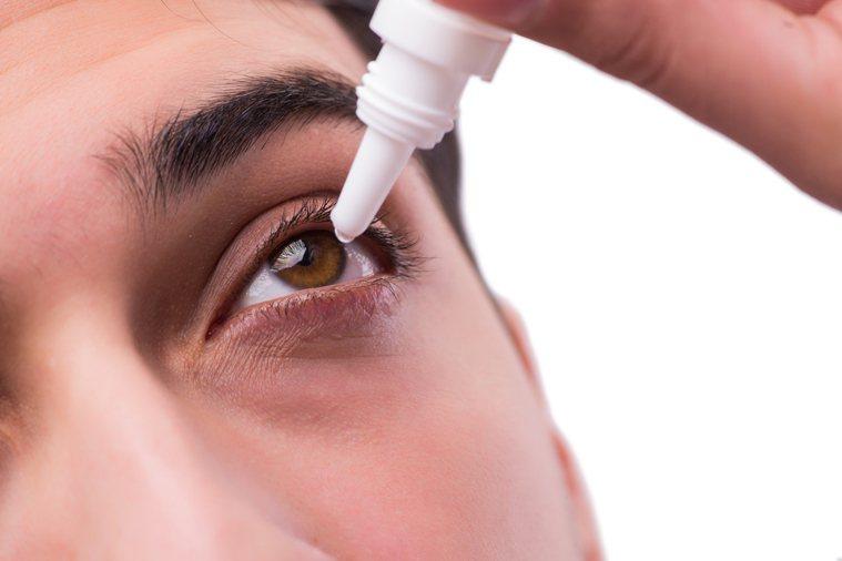 很多人習慣點眼藥水放鬆眼睛。圖片來源/ingimage