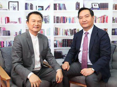 理財周刊發行人洪寶山(左)、羅秉成(右)