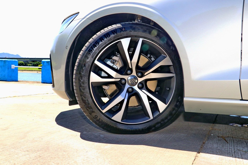 18吋五幅雙肋鋁圈,讓運動化房車更添張狂本錢。 記者陳威任/攝影