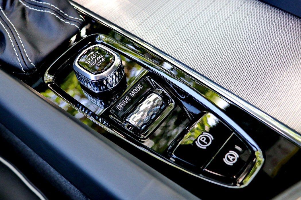 駕駛人也可透過中央鞍座上的個人駕駛模式設定旋鈕來切換不同駕馭模式。 記者陳威任/...