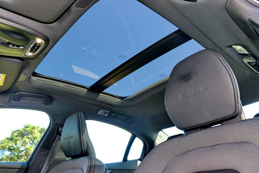 媲美休旅車的全景天窗。 記者陳威任/攝影