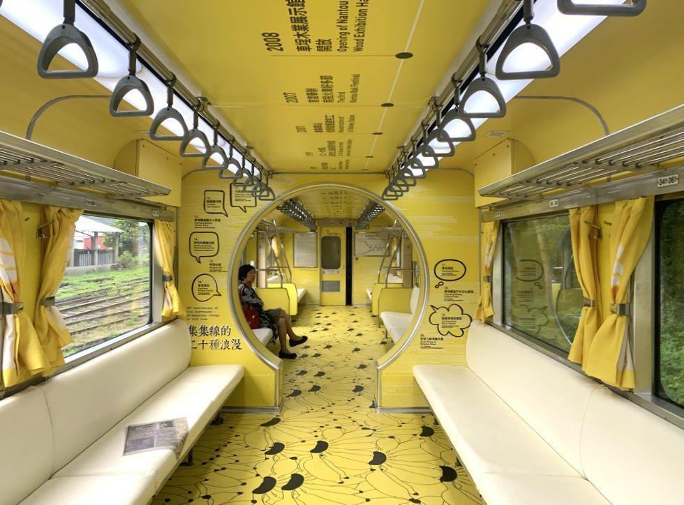 金黃色的集集線新彩繪列車,上周起往來行駛在集集、水里、車埕之間,十分亮眼。記者黑...