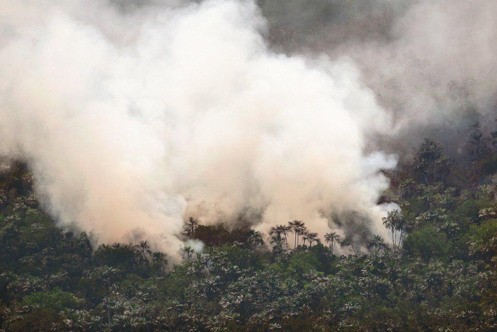 野火蔓延速度快,燃燒出的二氧化碳排放量遠遠超出許多國家的年排放量。  圖/美聯社