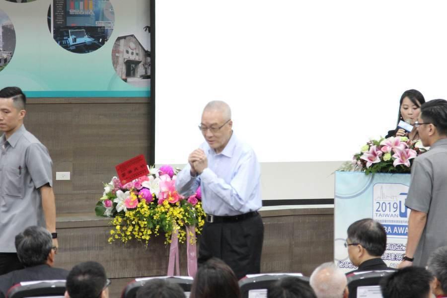 吳敦義(中)親自頒發TIBA Awards,表揚台灣優秀的智慧綠建築及系統設計業...