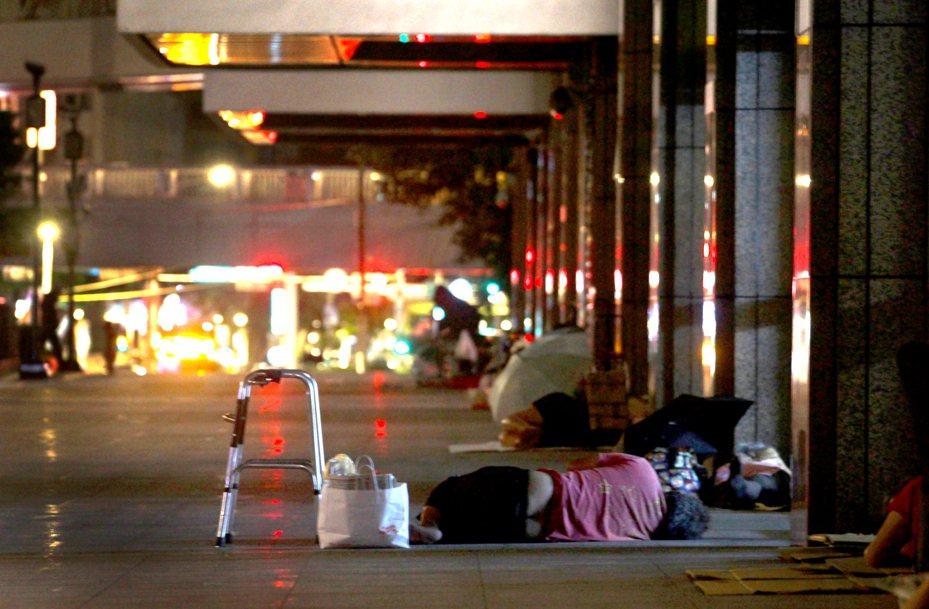 2009年,全台灣受理報案及查找的街友人數是3000多人,過了10年仍有5000多人,熱鬧的台北街頭,\他們生活在遠離人群的角落,10年如一日。記者李隆揆/攝影