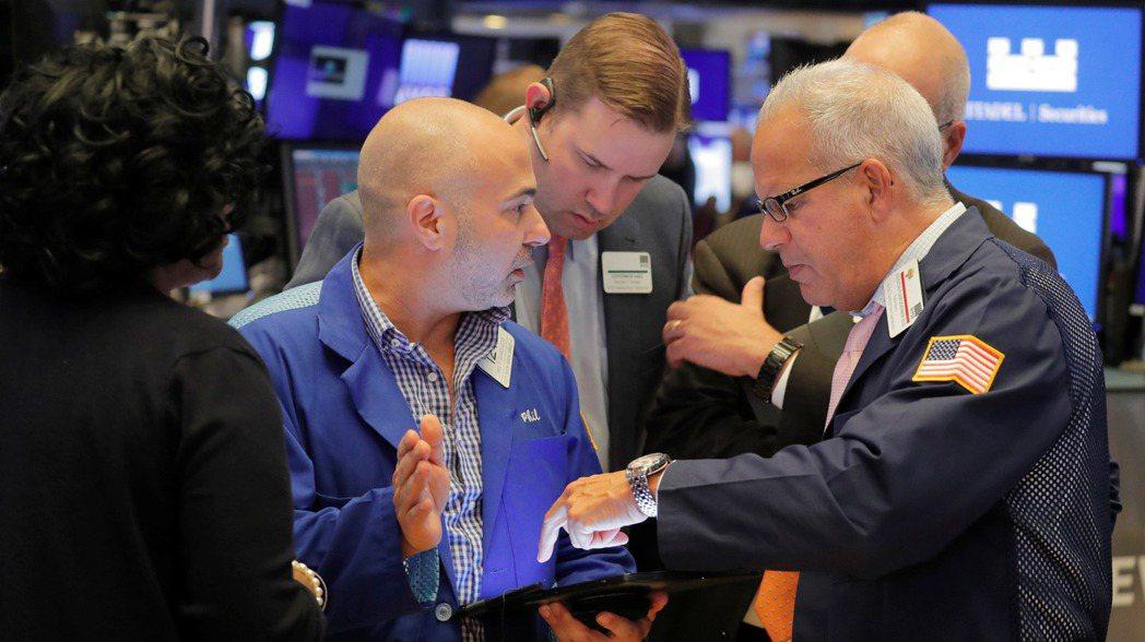 美股周三由黑翻紅,金融股和能源股領漲。  (路透)