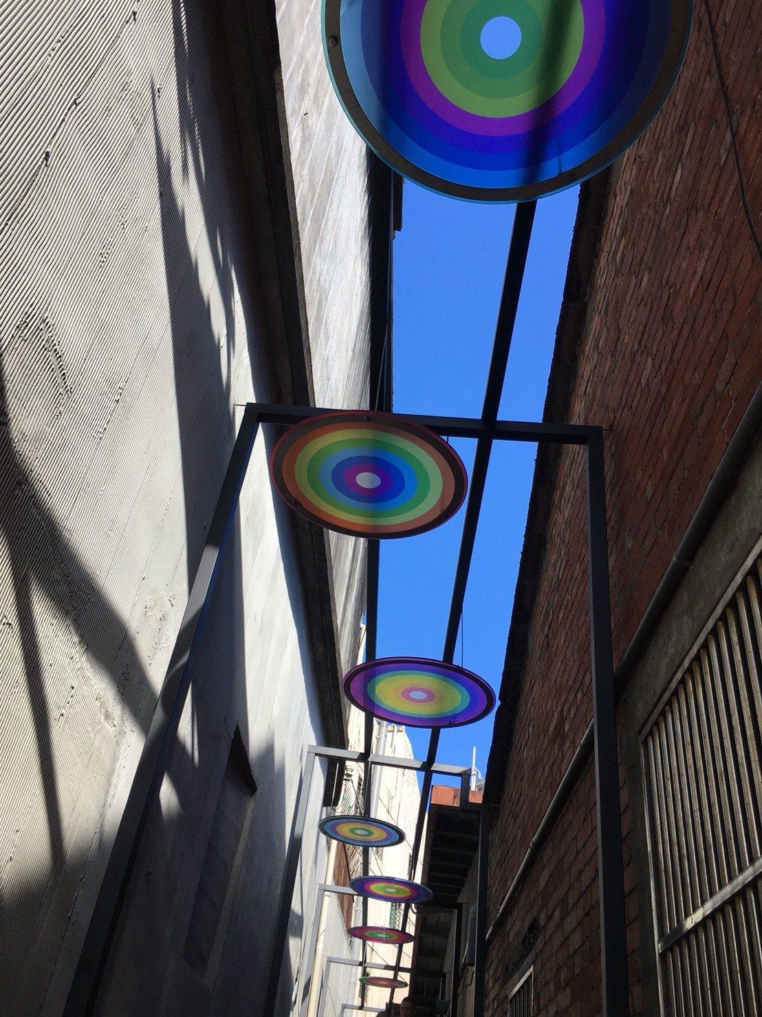影/頭城老街「藝術巷」彩繪玻璃吸睛 部落客搶拍打卡