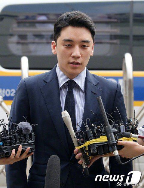 南韓偶像男團BIGBANG前成員勝利涉嫌在海外賭博,昨天以嫌疑人身分到案,接受警方調查,在接受12個小時又20分的調查後回到家中,據悉,勝利已承認部分嫌疑。  勝利昨上午抵達首爾地方警察廳智慧犯罪偵...
