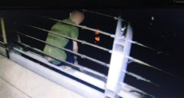 輕微失智24歲劉姓男子,因遺失700元零用錢,餓著肚子不敢回家,深夜獨坐溪邊橋欄...