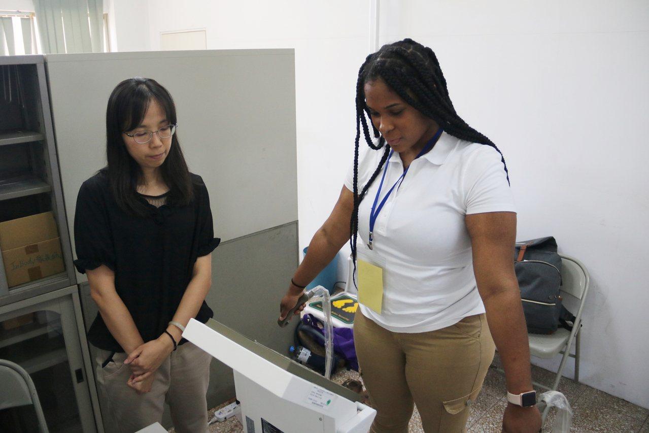 美國東密西根大學學生參觀弘光科大,體驗體脂肪測驗。記者游振昇/攝影
