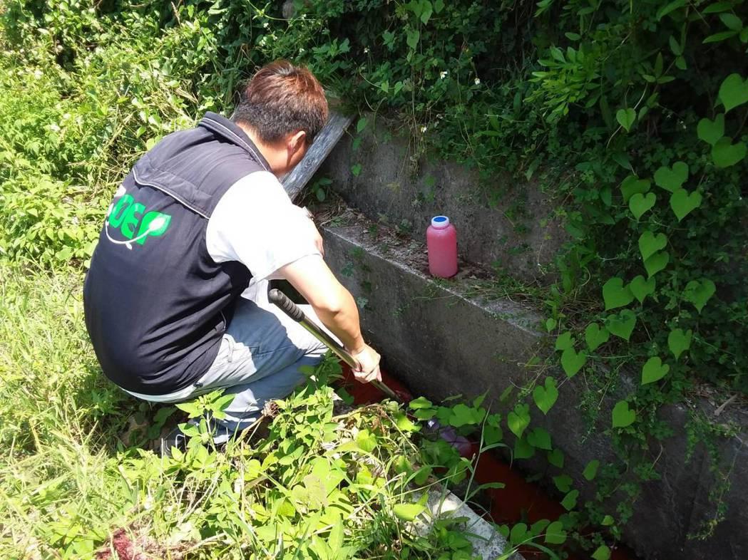 桃園市新屋區後庄里大坡溪昨天被民眾發現溪水被染成紅褐色,環保局稽查確認水質屬正常...