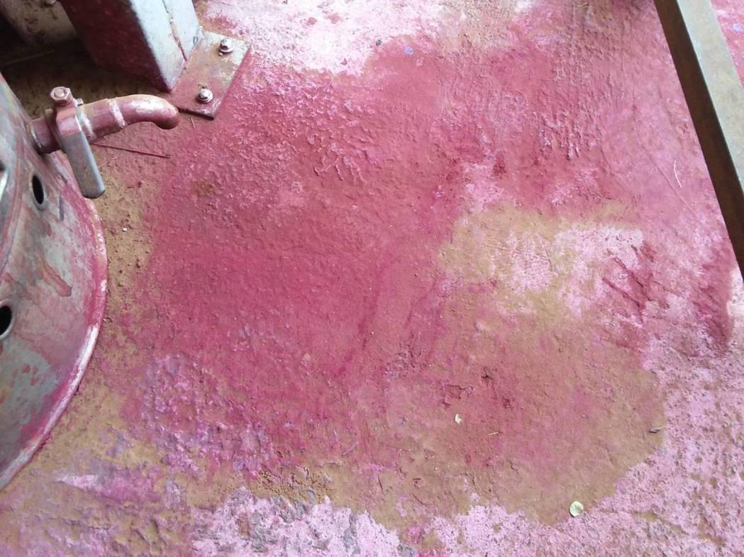 桃園市新屋區後庄里大坡溪昨天被民眾發現溪水被染成紅褐色,環保局追查是上游一間香鋪...