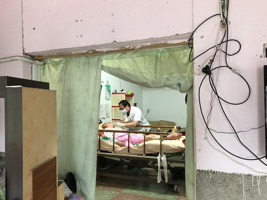 花蓮市林肯牙醫診所院長林易超與團隊投入到宅服務,他說,感謝上帝讓我有機會幫助他們...