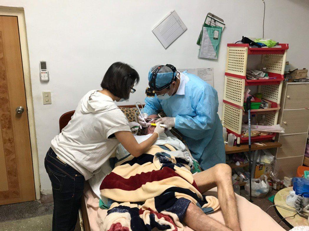 花蓮市林肯牙醫診所院長林易超與團隊投入到宅服務,為身心障礙者服務。圖/林淑儀提供