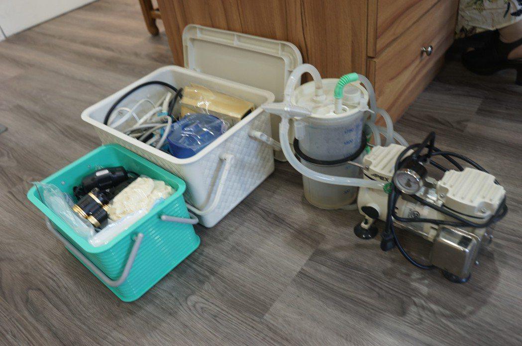 林易超醫師團隊每次出發到宅診療,得帶上一大堆器材。記者王燕華/攝影