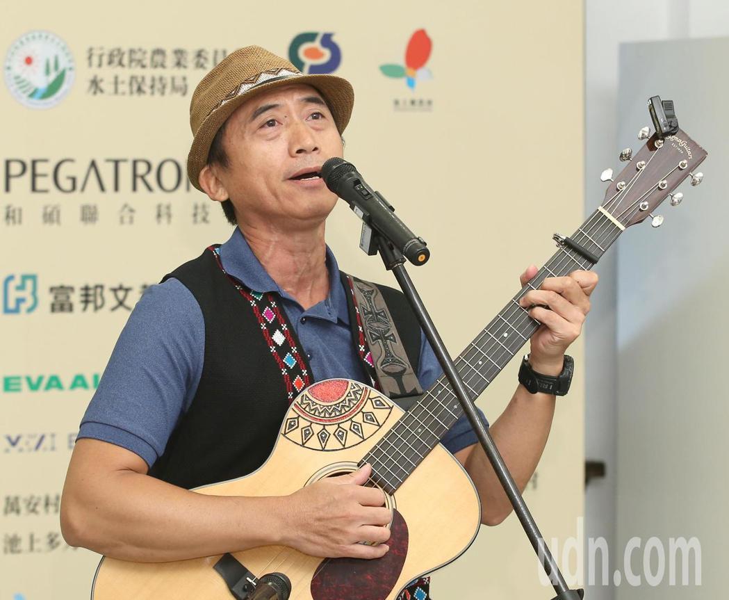陳建年高歌宣傳池上秋收稻穗藝術節。記者林澔一/攝影