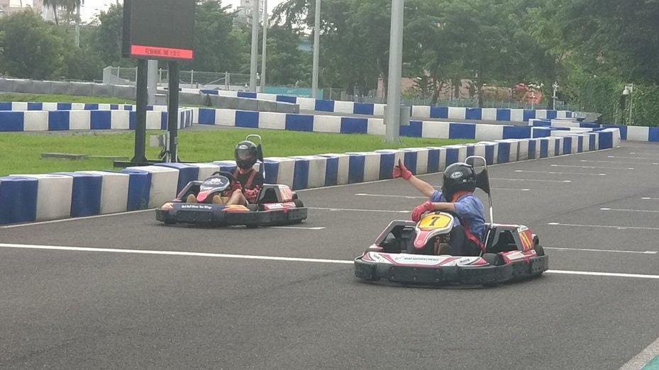 高雄市長韓國瑜跟大馬網紅 Cody Hong比賽車。記者蔡孟妤/攝影