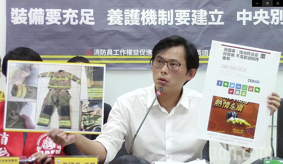 黃國昌在記者會上拿出一張消防隊員破舊的消防衣照片告訴大家,因為這位弟兄只有這一套,雖然破破爛爛,但沒有辦法借來開記者會,因為借來就沒得穿了,所以只能用照片呈現,記者杜建重/攝影