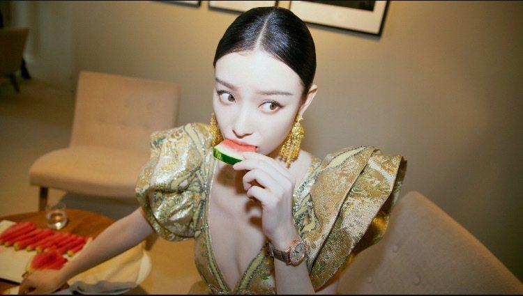 倪妮在微博發布自己在休息室吃穿華服吃西瓜的照片。圖/取自微博 倪妮工作室