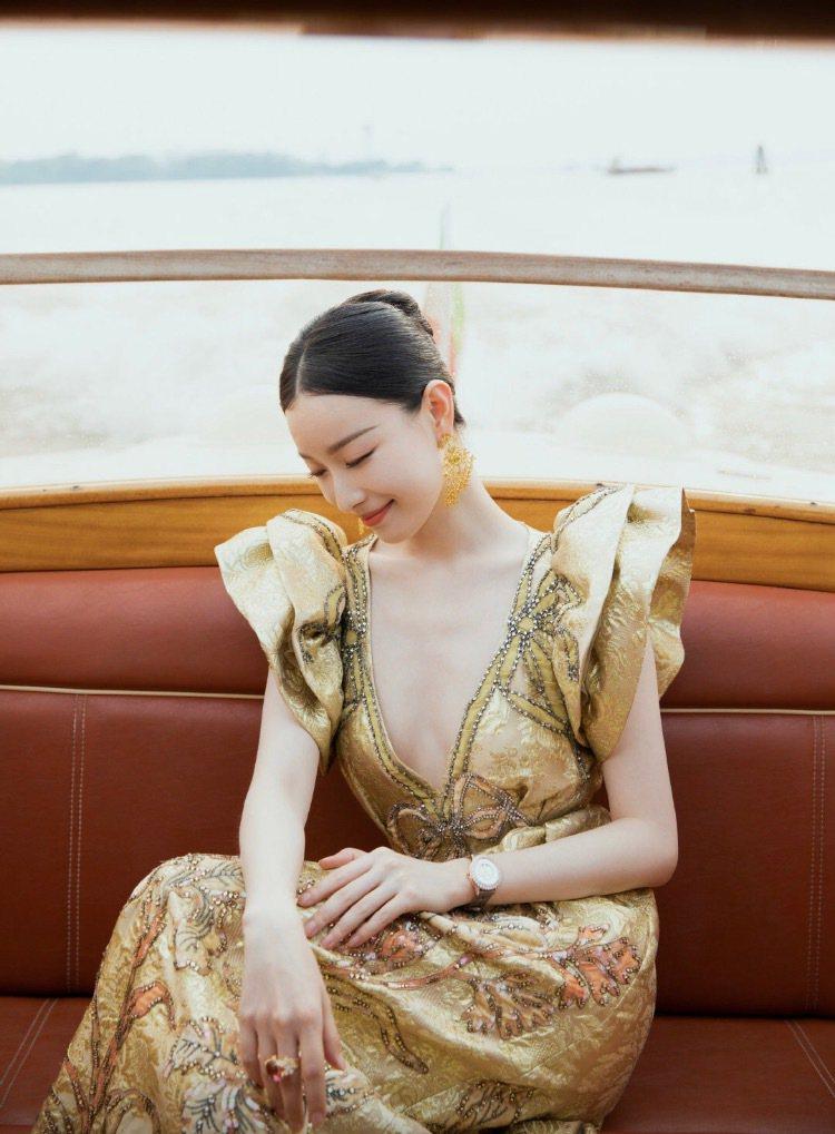倪妮配戴積家閃耀約會系列日夜顯示鑽表登威尼斯紅毯。圖/取自微博 倪妮工作室