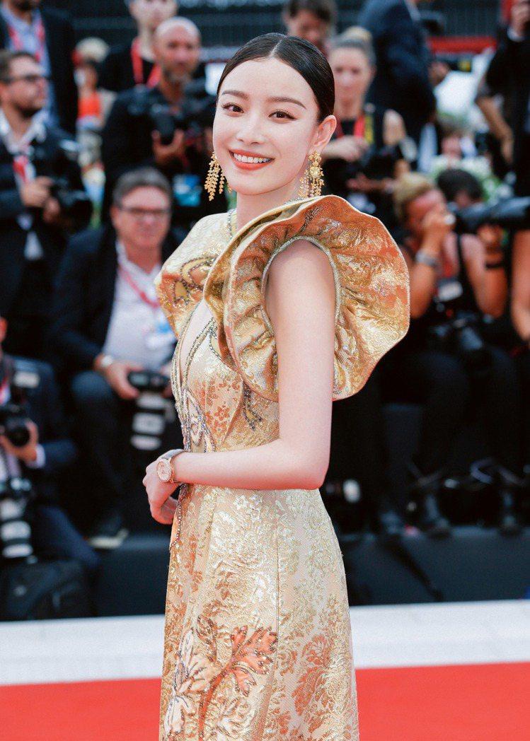 倪妮配戴積家閃耀約會系列日夜顯示鑽表登威尼斯紅毯。圖/積家提供