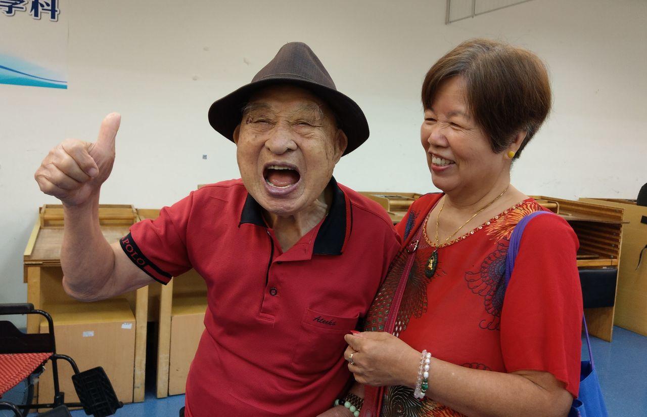 周懷春將軍(左)在妻子(右)的陪伴下,今天在台中榮總復健科歡度105歲生日。記者...