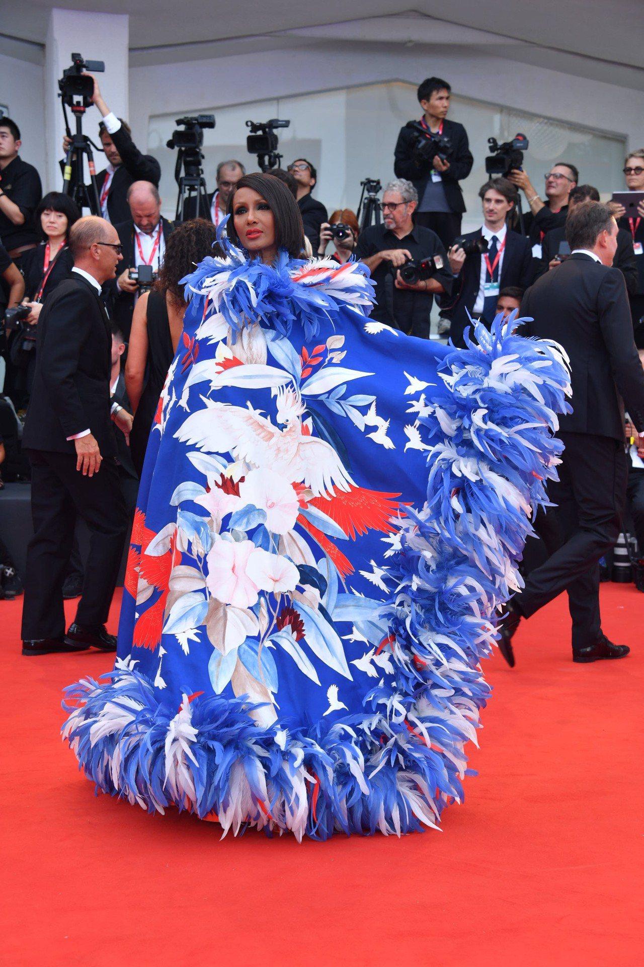傳奇超模伊曼阿布杜爾馬吉德在今年威尼斯影展開幕式中穿上Valentino秋冬高級...