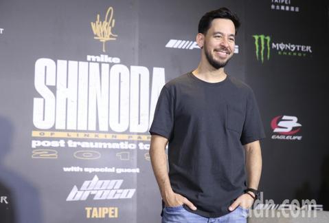 「聯合公園」麥可(Mike Shinoda)中午在台北大直萬豪酒店舉行媒體聯訪,被問到他在社群網站發布的照片中常有不同帽子時,他表示那些都是歌迷丟上台的,他也當場呼籲歌迷丟上來前請確認是否清潔。