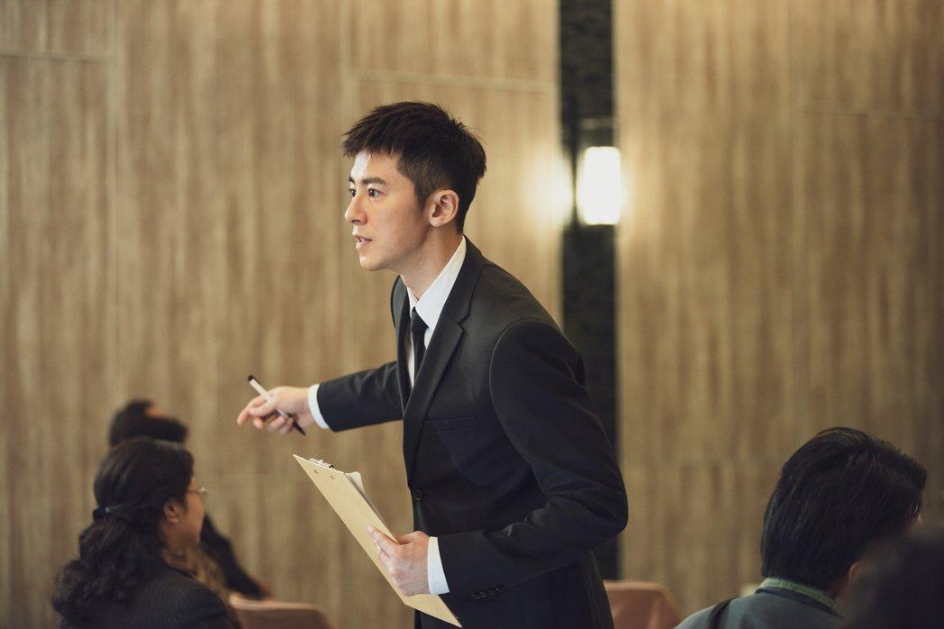 李國毅劇中接管葬儀社家業。圖/LINE TV提供