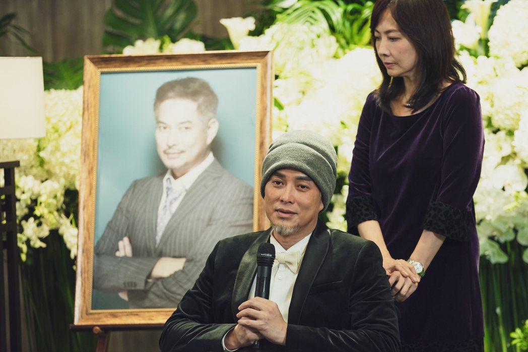 林健寰(左)劇中舉辦生前告別式上爆哭。圖/LINE TV提供