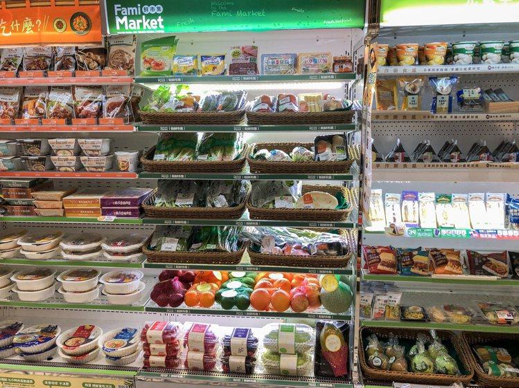 全家便利商店高雄真愛店內設有超市區,導入多種冷凍商品、冷藏蔬果。圖/全家便利商店...