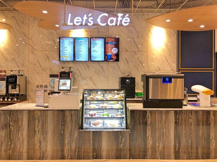 全家便利商店高雄真愛店的咖啡旗艦店以歐洲市集概念為設計,採用大理石牆面、吊燈、木...