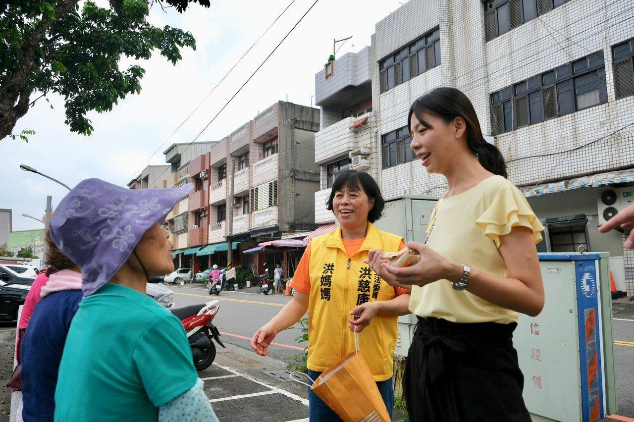 立委洪慈庸與洪媽媽胡素真一起到內埔菜市場掃街拜票。圖/洪慈庸服務處提供