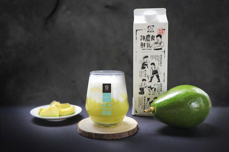 「大苑子」採用台南大內區產的酪梨和許慶良特A級鮮乳,研發出最新商品「酪梨鮮奶」,9月1日全台門市販售。圖/大苑子提供