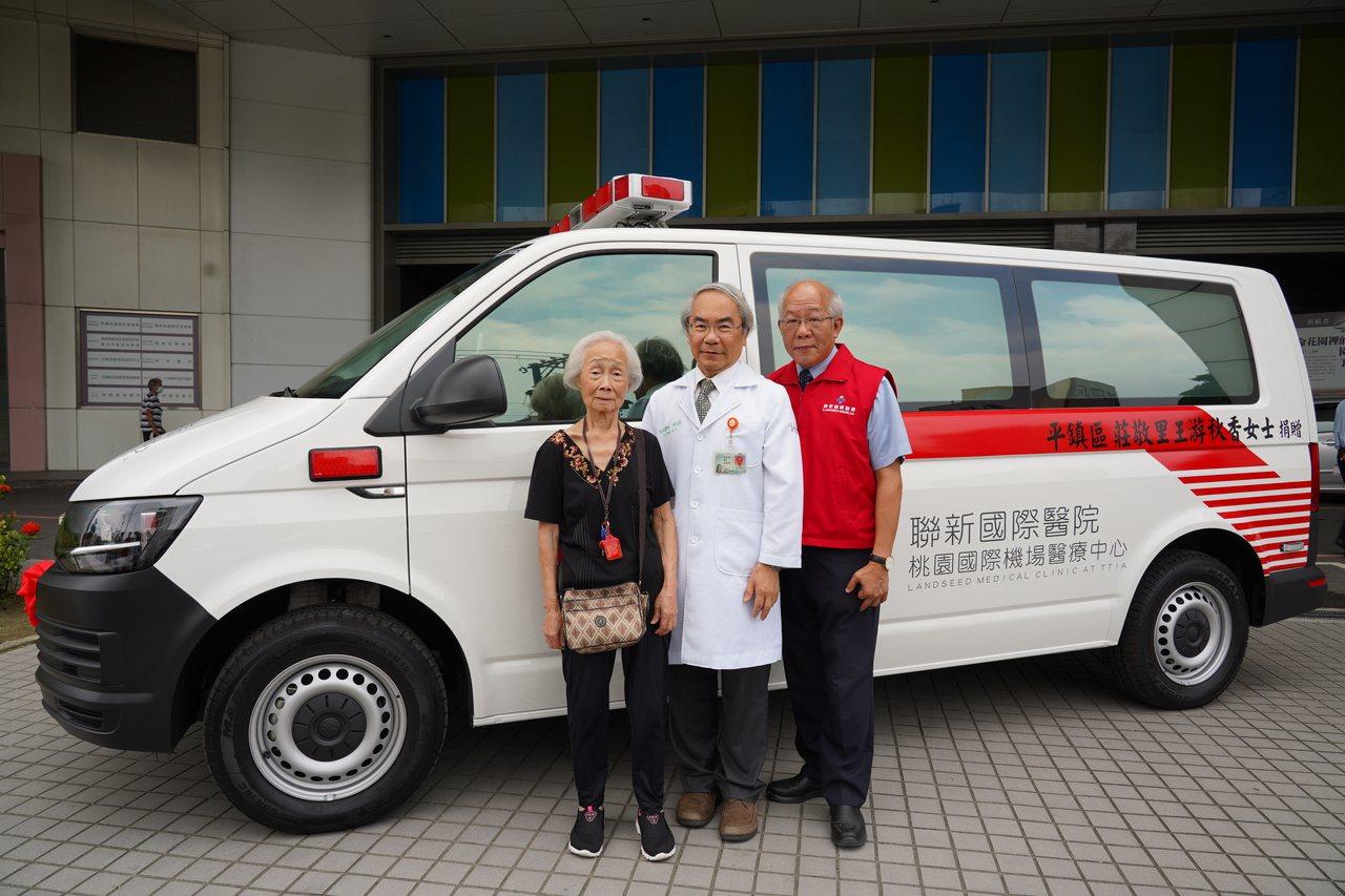 桃園市87歲王游秋香(左一)阿嬤,靠30年來家庭代工微薄收入,一點一滴積存200...