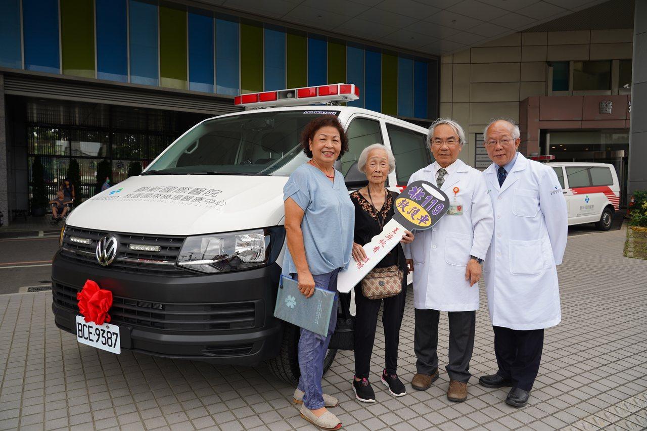 桃園市87歲王游秋香(左二)阿嬤,靠30年來家庭代工微薄收入,一點一滴積存200...
