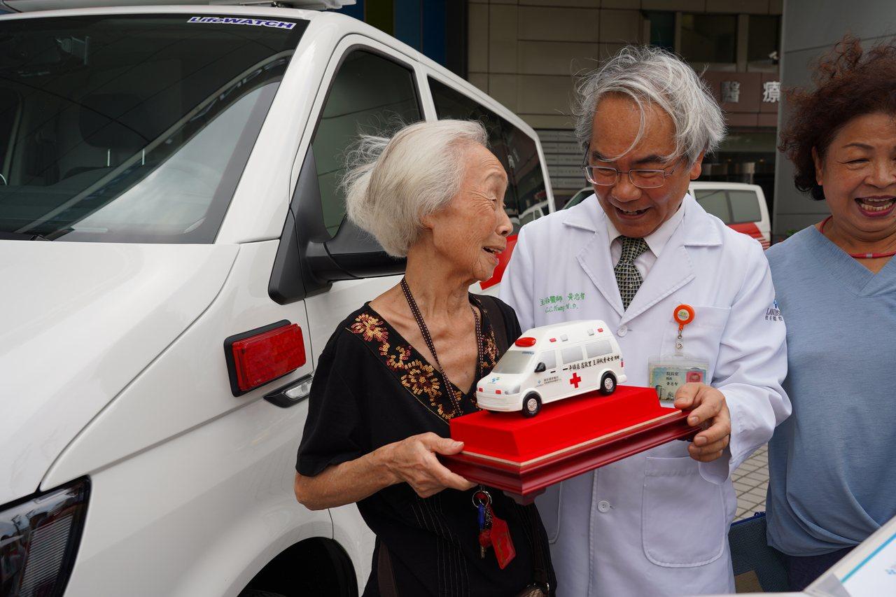 桃園市87歲王游秋香(左)阿嬤,靠30年來家庭代工微薄收入,一點一滴積存200萬...