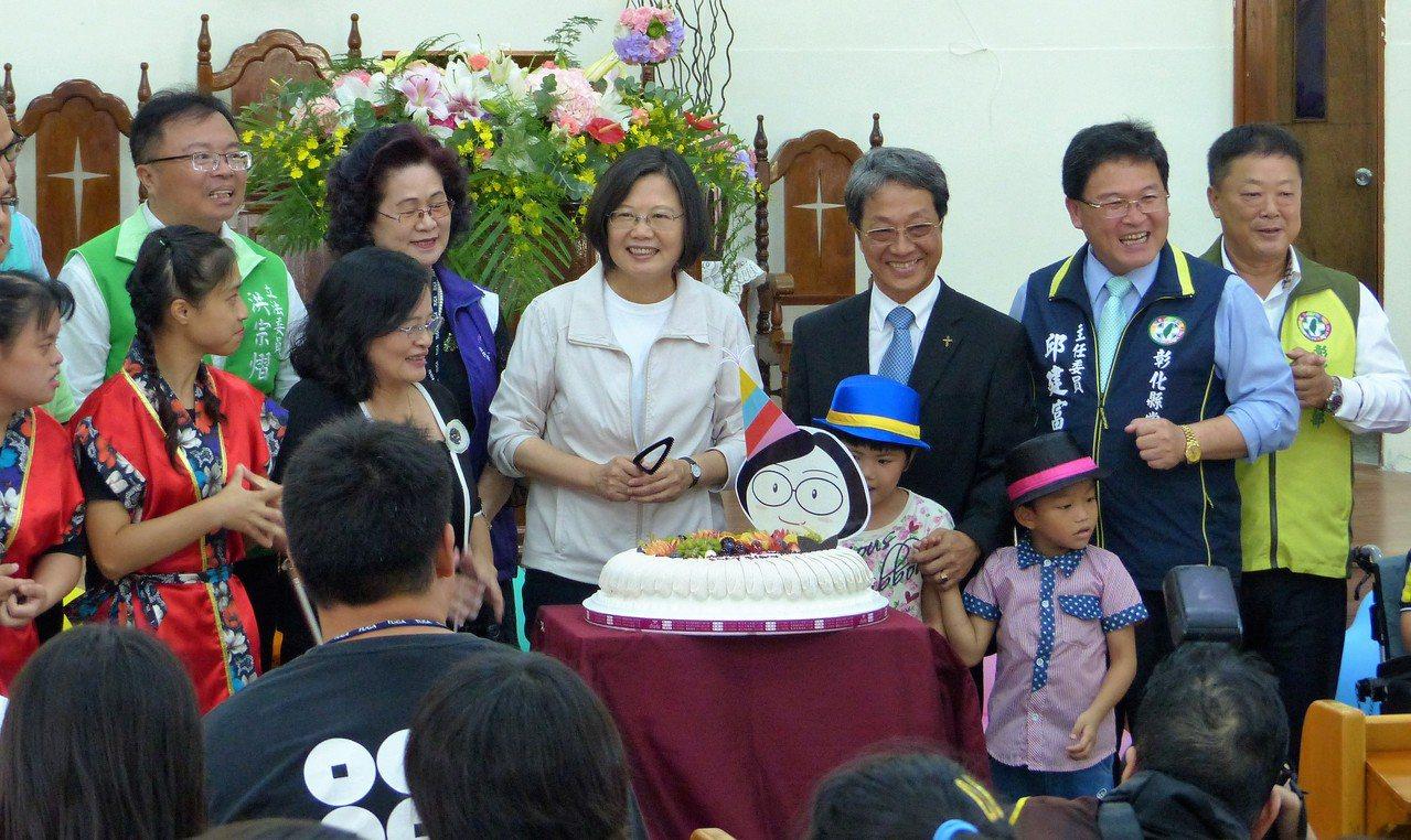 喜樂保育院院生貼心為總統蔡英文準備蛋糕和鮮花慶生。記者凌筠婷/攝影