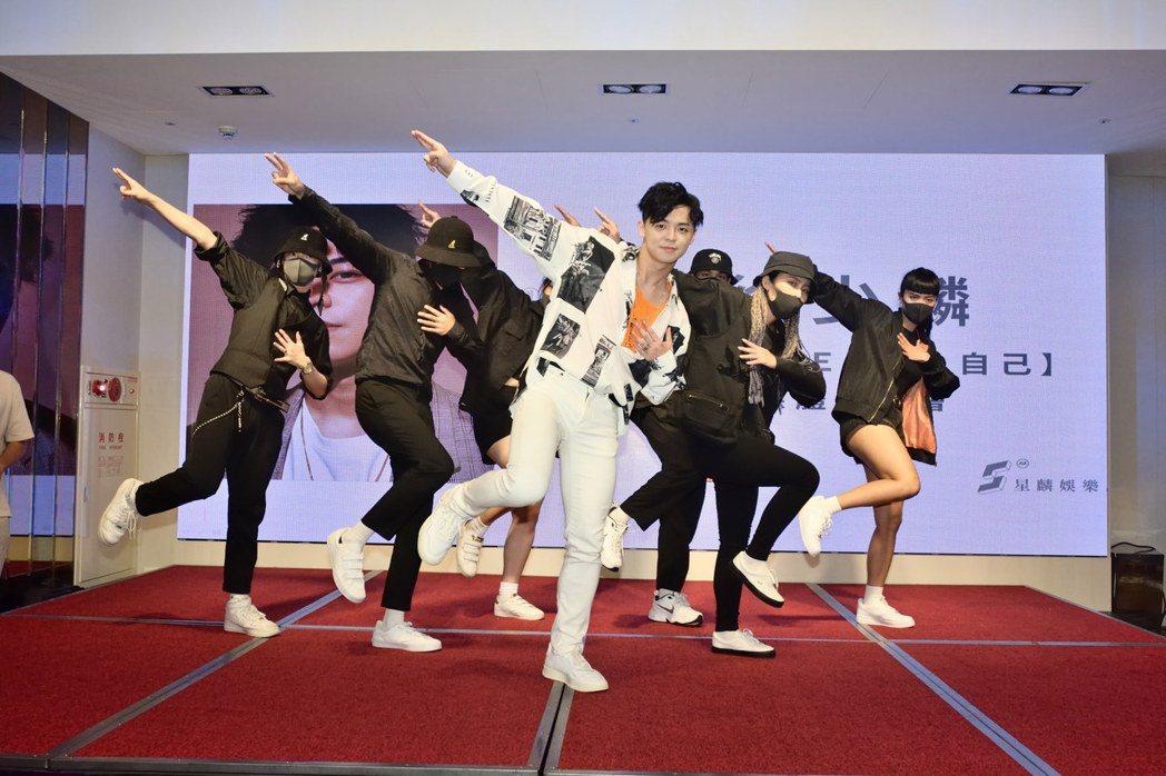 徐少麟(前)是小豬的演唱會舞者。圖/星麟娛樂提供