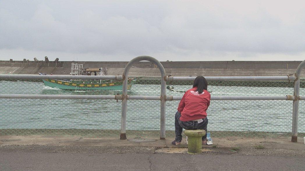 「未來無恙」輝珍坐望海邊。圖/牽猴子提供
