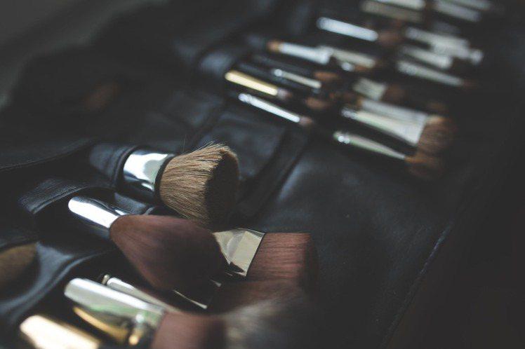 化妝包的清潔,其實也會影響到臉部肌膚的健康。圖/摘自 pexels