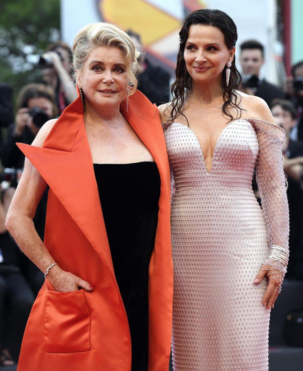 都曾是威尼斯影后的凱薩琳丹妮芙、茱麗葉畢諾許,新片扮演母女,重回水都。圖/歐新社...