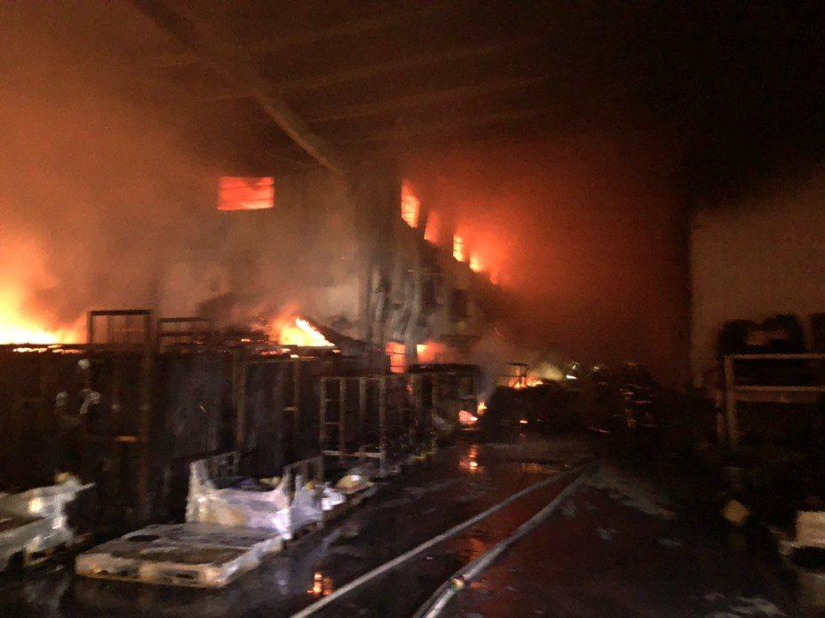 埔鹽鄉工廠火警目前還在搶救中。記者林敬家/翻攝