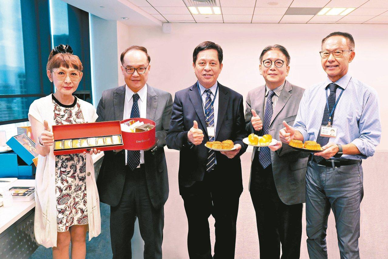 遠東百貨總經理徐雪芳(左一)、財務長湯治亞(左二)、營運長林彰豐(中)、超市餐飲...