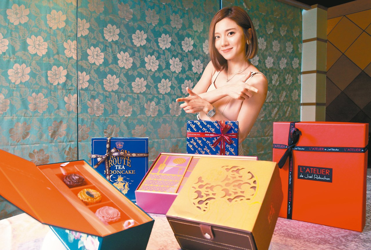 蔡黃汝(豆花妹)參與遠百中秋禮品試吃。 記者陳正興/攝影