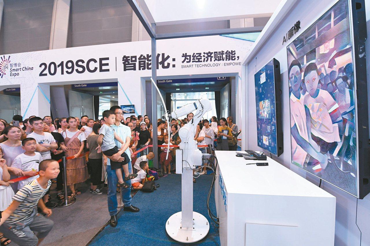2019中國國際智能產業博覽會26日至29日在重慶舉行,圖為29日展覽現場,機器...