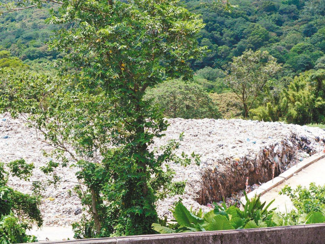 桃園店子湖垃圾場遇大雨汙水逕排下游,汙染新竹大北坑溪。 記者郭政芬/攝影